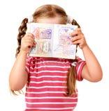 Niño que sostiene el pasaporte internacional. Fotografía de archivo