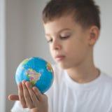 Niño que sostiene globus del juguete en su mano Fotos de archivo libres de regalías