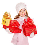 Niño que sostiene la bola grande de la Navidad blanca. Fotografía de archivo libre de regalías