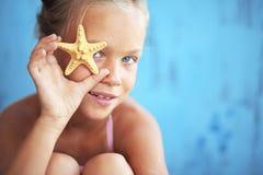 Niño que sostiene la concha marina Foto de archivo libre de regalías