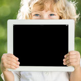 Niño que sostiene la PC de la tablilla Foto de archivo