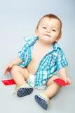 Niño que sostiene la tarjeta Fotografía de archivo