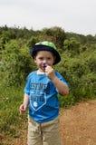 Niño que sostiene las flores Imagen de archivo libre de regalías