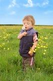 Niño que sostiene un diente de león Imagen de archivo
