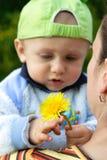 Niño que sostiene una flor Fotografía de archivo libre de regalías