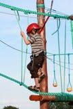 Niño que sube en patio de la aventura Fotografía de archivo