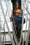 Niño que sube en patio de la aventura. Foto de archivo libre de regalías
