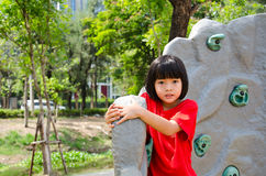 Niño que sube en una pared en parque Imágenes de archivo libres de regalías