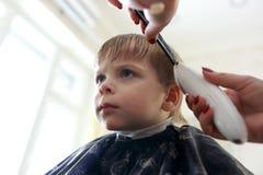 Niño que tiene corte de pelo Imagen de archivo libre de regalías