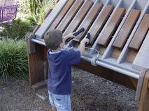 Niño que toca el xilófono imagenes de archivo