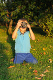 Niño que toma cuadros Fotografía de archivo libre de regalías