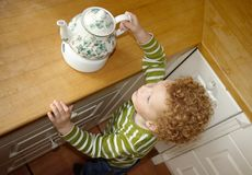 Niño que toma la tetera Foto de archivo libre de regalías