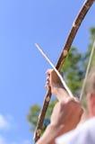 Niño que toma objetivo con una flecha Foto de archivo libre de regalías