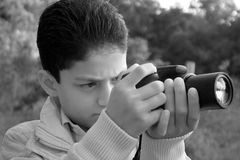 Niño que toma un tiro Fotos de archivo libres de regalías