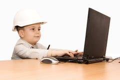 Niño que trabaja en la computadora portátil Imagen de archivo libre de regalías