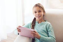 Niño que usa el ipad Fotos de archivo libres de regalías