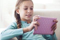 Niño que usa el ipad Foto de archivo