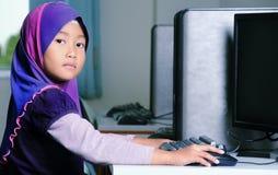 Niño que usa el ordenador Imágenes de archivo libres de regalías