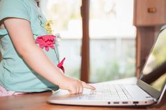 Niño que usa el ordenador portátil en casa Fotografía de archivo