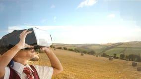Niño que usa el vídeo de VR