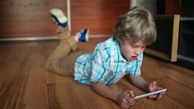 Niño que usa la PC de la tablilla Muchacho del adolescente que usa la almohadilla táctil metrajes