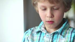 Niño que usa la PC de la tablilla Muchacho del adolescente que usa la almohadilla táctil almacen de metraje de vídeo
