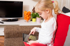 Niño que usa tecnología moderna Foto de archivo libre de regalías