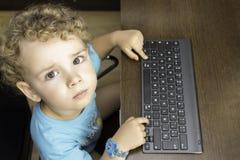 Niño que usa un teclado Fotos de archivo