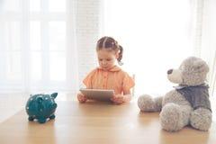 Niño que usa una tableta en casa foto de archivo libre de regalías