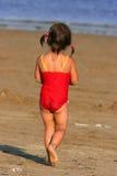 Niño que vaga hacia el mar Fotografía de archivo