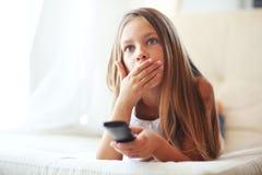 Niño que ve la TV Foto de archivo libre de regalías