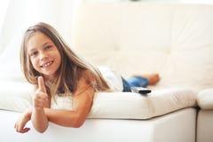 Niño que ve la TV Fotografía de archivo