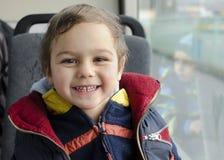 Niño que viaja en autobús Foto de archivo