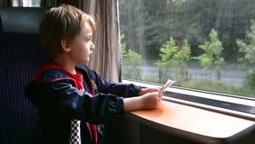 Niño que viaja en tren almacen de video
