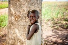 Niño que vive en el pueblo cerca de la ciudad de Mbale en Uganda, África Imagenes de archivo