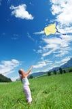Niño que vuela una cometa Imágenes de archivo libres de regalías