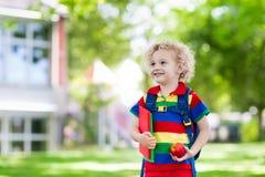 Niño que vuelve a la escuela, comienzo del año Foto de archivo