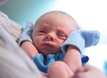 Niño recién nacido con las manoplas Fotos de archivo libres de regalías