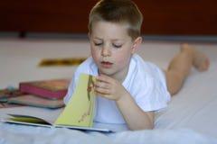 Niño rubio con el libro Imagen de archivo libre de regalías