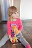 Niño rubio con la marioneta que se sienta en piso Fotos de archivo