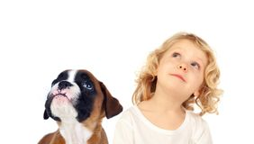 Niño rubio divertido y su perro que miran para arriba fotos de archivo
