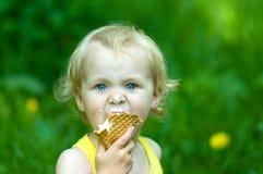 Niño rubio lindo con Foto de archivo