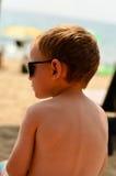 Niño rubio lindo en la playa Foto de archivo libre de regalías