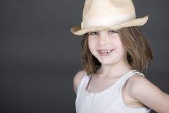 Niño rubio lindo en sombrero de paja foto de archivo