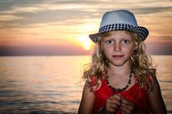 Niño rubio precioso en sombrero en la playa Foto de archivo libre de regalías