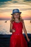Niño rubio precioso en sombrero en la playa Imagenes de archivo