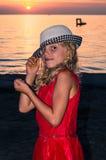 Niño rubio precioso en sombrero en la playa Fotos de archivo