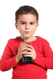 Niño sediento que bebe el agua dulce pura Fotos de archivo libres de regalías