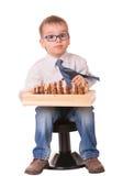 Niño serio que juega a ajedrez Fotografía de archivo libre de regalías