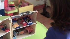 Niño sincero de Millennials que juega con cierre de la casa de muñecas encima de SF almacen de metraje de vídeo